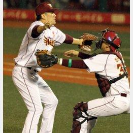 日本シリーズ優勝の瞬間、田中とマウンドで抱き合う嶋/(C)日刊ゲンダイ