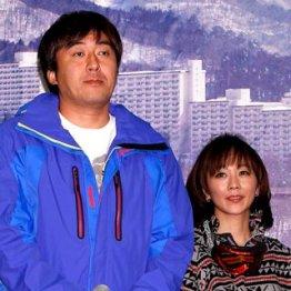 昨年、「スキーな夫婦」任命式での2人/(C)日刊ゲンダイ