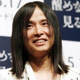 話題の長髪を少しカット/(C)日刊ゲンダイ