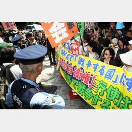 官邸前でデモ隊と警官がニラミ合った/(C)日刊ゲンダイ
