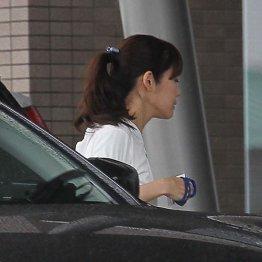 長い髪を束ねた小保方氏/(C)日刊ゲンダイ