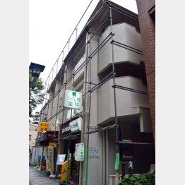 松崎容疑者が暮らすマンション/(C)日刊ゲンダイ