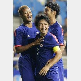 ネパール戦で2得点のFW鈴木(左)/(C)AP