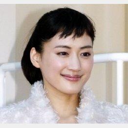 添い寝シーンにファン大興奮/(C)日刊ゲンダイ