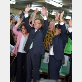 沖縄知事選では反対派の翁長氏が勝利/(C)日刊ゲンダイ