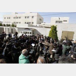 在ヨルダン日本大使館前に集まった報道陣/(C)AP