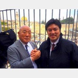 飯島勲参与と誇らしげにツーショット(フェイスブックから)