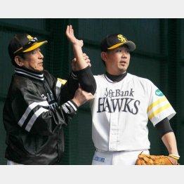 佐藤投手コーチが手取り足取りチェック (C)日刊ゲンダイ