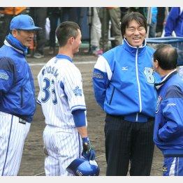 中畑監督(左)、乙坂(左2)らと談笑する松井秀喜/(C)日刊ゲンダイ