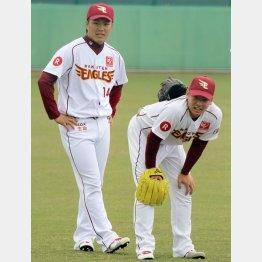 則本(左)のグラブを背中に載せられる松井裕 (C)日刊ゲンダイ