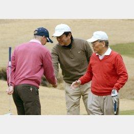 フジテレビの日枝会長(右)とゴルフを楽しむ安倍首相 (C)日刊ゲンダイ