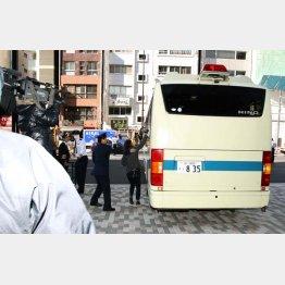 及川容疑者は25日に送検された(C)日刊ゲンダイ
