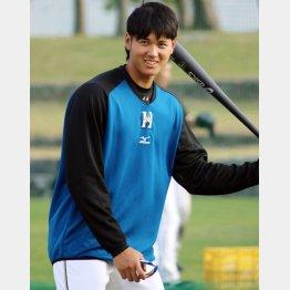 打撃練習中に笑顔を見せる大谷