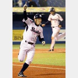 右手人差し指を突き上げて一塁ベースを回る田中浩
