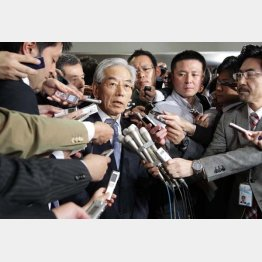 囲み取材に応じるテレビ朝日の福田専務