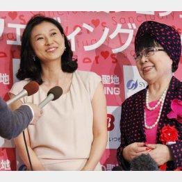 菊川怜(左)と桂由美氏