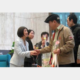 久美子氏に握手を求める客