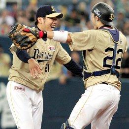伊藤と抱き合う西(左)