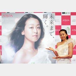 イメキャラを務める化粧品メーカーの広告発表会に出席