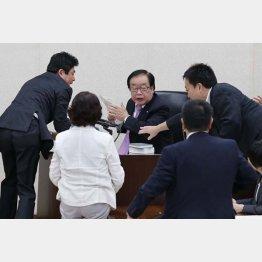 民主議員が詰め寄るなか審議終了散会宣言する渡辺委員長