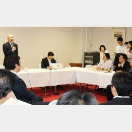 問題の会合で発言する百田尚樹氏(左)