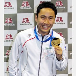 金メダルを手に笑顔を見せる太田