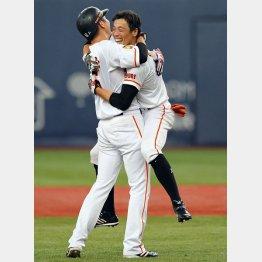 初サヨナラ打の鈴木尚(右)は坂本に抱きつく