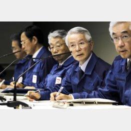 2011年3月会見時の武藤元副社長(右端)と勝俣元会長(右から2番目)