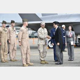 14年の自衛隊航空観閲式での安倍晋三首相(C)日刊ゲンダイ