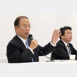 会見する武藤俊郎事務総長