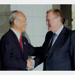舛添都知事(左)とIOCのジョン・コーツ調整委員長