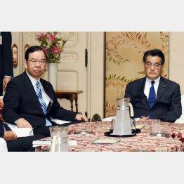 民主党の岡田代表(右)と共産党の志位委員長
