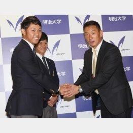2位指名の坂本誠志郎捕手(奥)とともに金本監督と握手