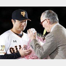 長嶋終身名誉監督からメッセージ入りボールを受け取る