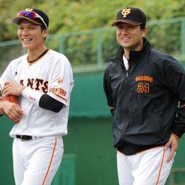秋季練習で坂本(左)と話す高橋由伸監督