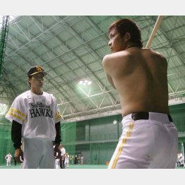 松田(右)に打撃指導する秋山監督
