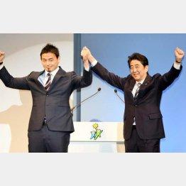 自民党の立党60年記念式典での五郎丸(左)と安倍首相