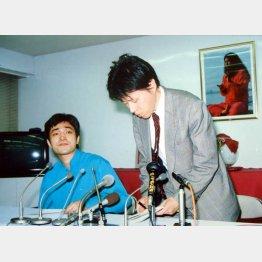 村井秀夫刺殺事件の翌朝の記者会見 (左)上祐史浩外報部長、(右)青山吉伸弁護士