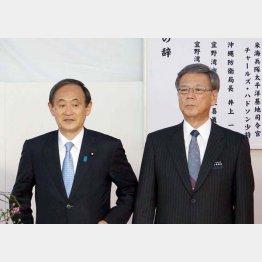菅官房長官(左)と翁長知事