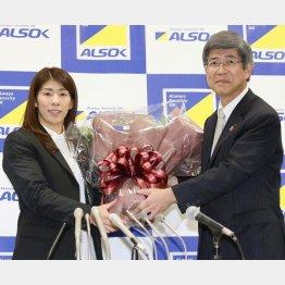 記者会見で花束を受け取る吉田