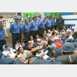 辺野古移設に抗議する人々