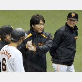坂本(左)にアドバイスする松井の横で新監督は…