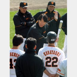 臨時コーチの松井秀喜氏(中央)