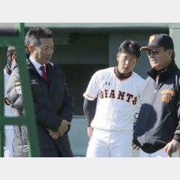 日本代表の小久保監督(左)と岡本