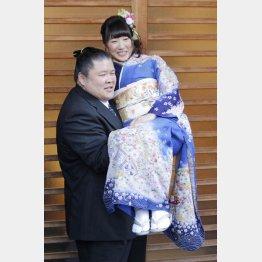 """結婚会見で安治川親方に""""お姫様抱っこ""""される小泉エリ"""