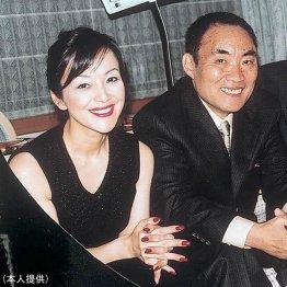 故・阿久悠氏(右)は岩崎宏実に父親のような言葉をかけた