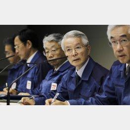 3.11事故当時の勝俣元会長(右から2人目)