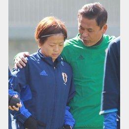 3日の練習で宮間(左)に話し掛ける佐々木監督