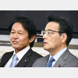 民主・岡田代表(右)と維新・松野代表