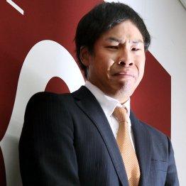 会見で涙を流す高木京介
